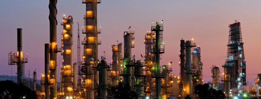 D6T4J0 USA, California, El Segundo, Portion of Chevron's El Segundo refineries, after sunset